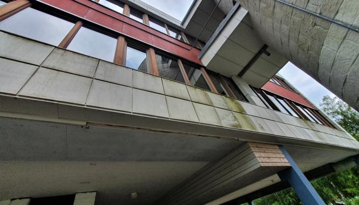 HAR IKKE VÆRT VASKET PÅ TI ÅR: Slik ser fasadene i dag.