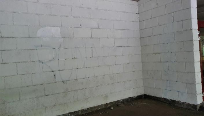 STYGGE VEGGER: Slik ser veggene ut i første etasje.