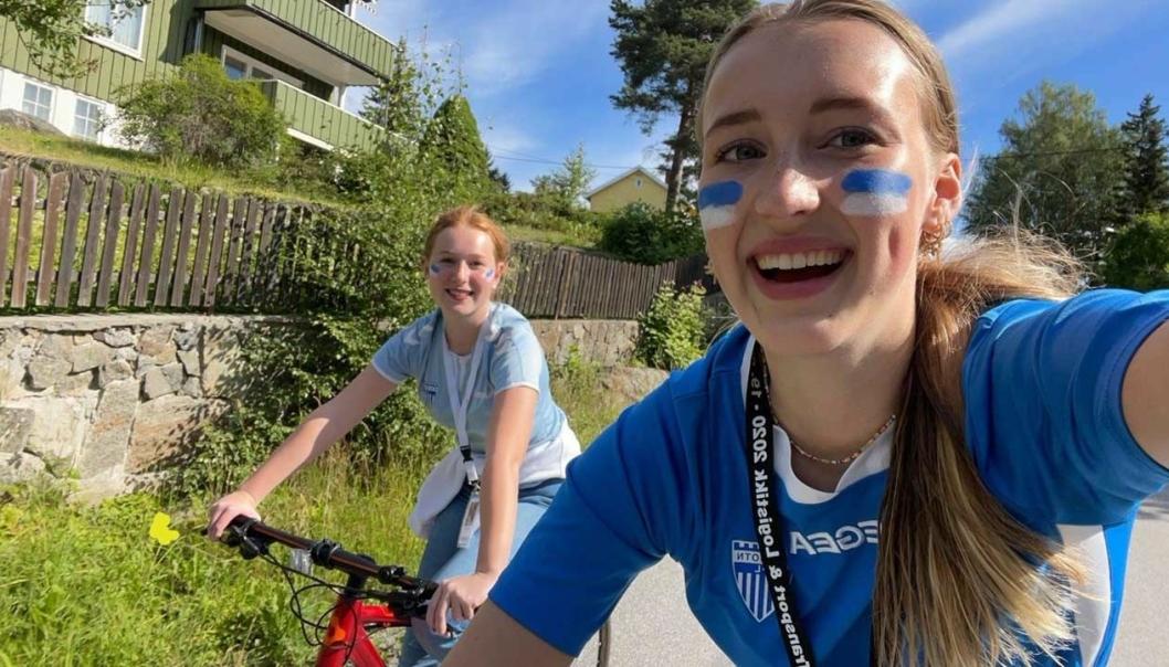 TIKTOK-DUOEN: Kaja Flote (t.v.) og Anine Johnsen er TikTok-reportere for Oppegård Avis i sommer. Her er de på vei til Sofiemyr Stadion for å lage video fra Kolbotn-kamp.