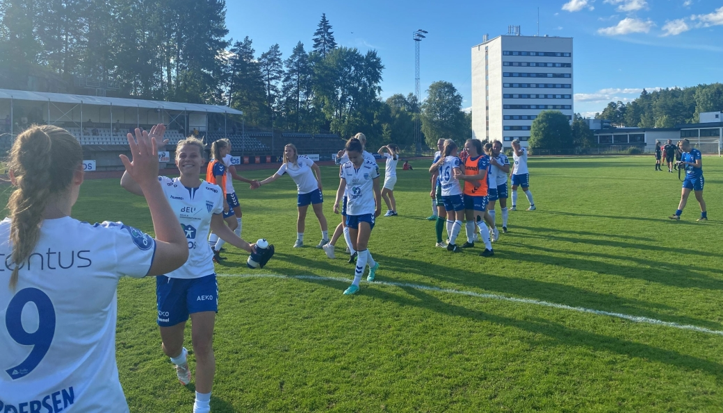 JUBEL IGJEN: Tone Bettina Pirisi fikset 3 viktige og deilige poeng til Kolbotn. Her jubler jentene etter seier mot Arna-Bjørnar i forrige kamp.