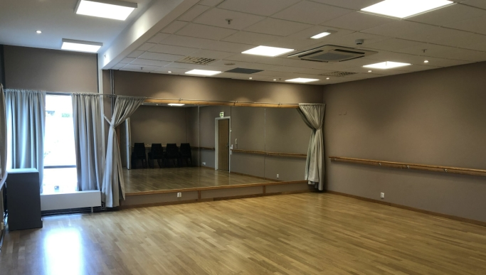 BY OPP TIL DANS? Med store speil er det utmerkede forhold for danseundervisning av alle slag.