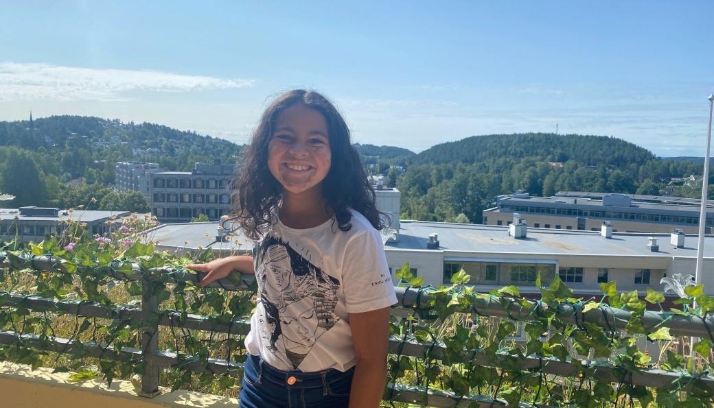 UNG SKUESPILLER: Mina Yasmin Bremseth Asheim fra Kolbotn var nylig i Cannes, hvor filmen hun spilte en av hovedrollen i, hadde verdenspremiere. Her på balkongen hjemme på Kolbotn Terrasse.