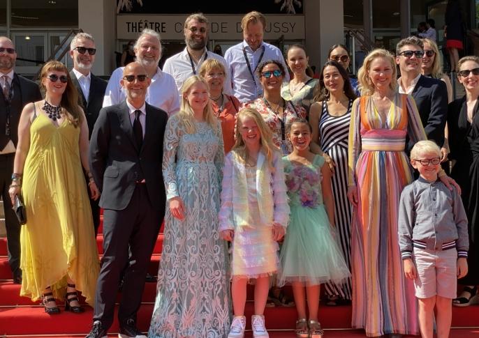 RØD LØPER: Her er hele crewet på plass på den berømte røde løperen i Cannes.