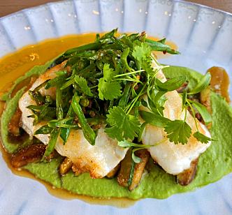 ET HØYDEPUNKT: Piggvar med sukkererter med ingefær-chili, sommer-squash og tofukrem var kveldens kulinariske høydepunkt.