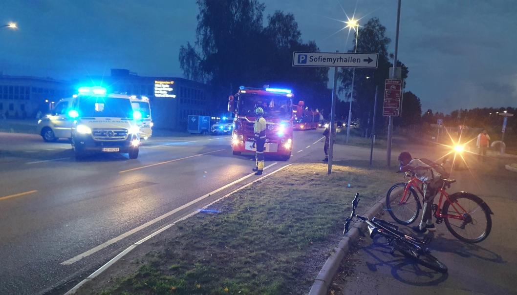BLE PÅKJØRT I KONGEVEIEN: Det var flere vitner, både voksne og barn, da en 13 år gammel gutt ble påkjørt av en bil like ved klubbhuset på Sofiemyr rundt klokken 21.30 søndag kveld. Alle foto: Yana Stubberudlien
