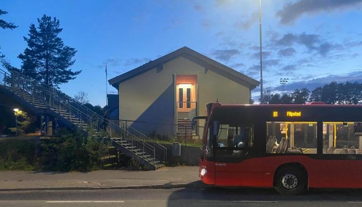 HER HAR DET SKJEDD: 13-åringen har gått over veien foran bussen ved klubbhuset og deretter blitt truffet av en bil som passerte bussen, ifølge en vitne til påkjørselen. Foto: Eskil Bjørshol