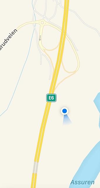 VIS-S-VIS ALUNSKIFERDEPONIET: Den blå sirkelen viser plasseringen av de to containerne i forhold til Taraldrudveien, E6 og toplanskrysset på Taraldrud. På den andre siden av E6 har vi alunskiferdeponiet hvor det foregikk en masseoppfylling i perioden fra 1978 til 2006.