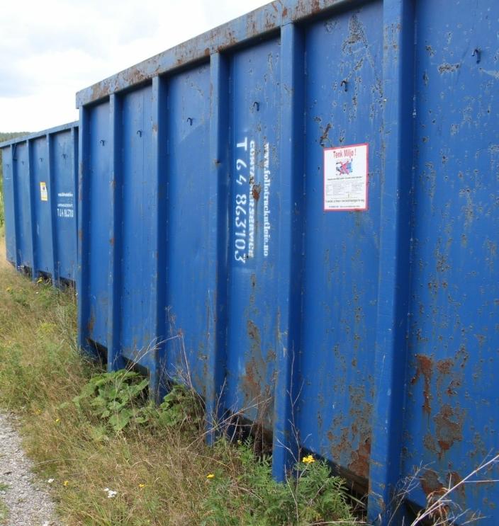 TO CONTAINERE: Det står to store containere med gammelt kunstgress inne på tomten til ÅNE på Taraldrud.
