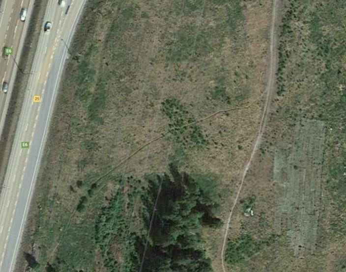 BLE BRUKT AV MODELLFLYKLUBB: Slik så kunstgressbanen ut på tomten til ÅNE på Taraldrud (se i hjørnet, nederst til høyre på bildet) for noen få år siden da det var i bruk av Oppegård modellflyklubb. For to år siden måtte kunstgresset settes inn i containerne på stedet. Kilde: Google Maps