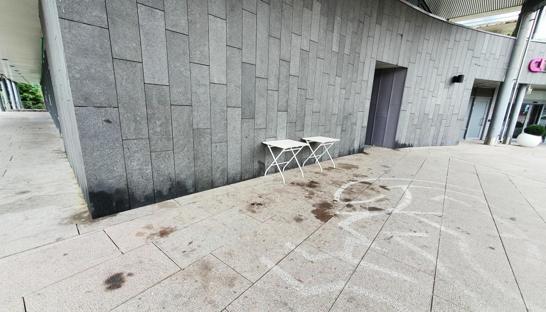 SER LITE INNBYDENDE UT: Både fasadene ved inngangspartiet til Kolbotn Torg og området rundt det ser lite innbydende ut, og er preget av tilgrising og urinering. De hvite stolene, som kommunen kjøpte sammen med de hvite bordene i sommer for cirka 8.300 kroner, er nå stjålet eller flyttet bort. Alle foto: Yana Stubberudlien