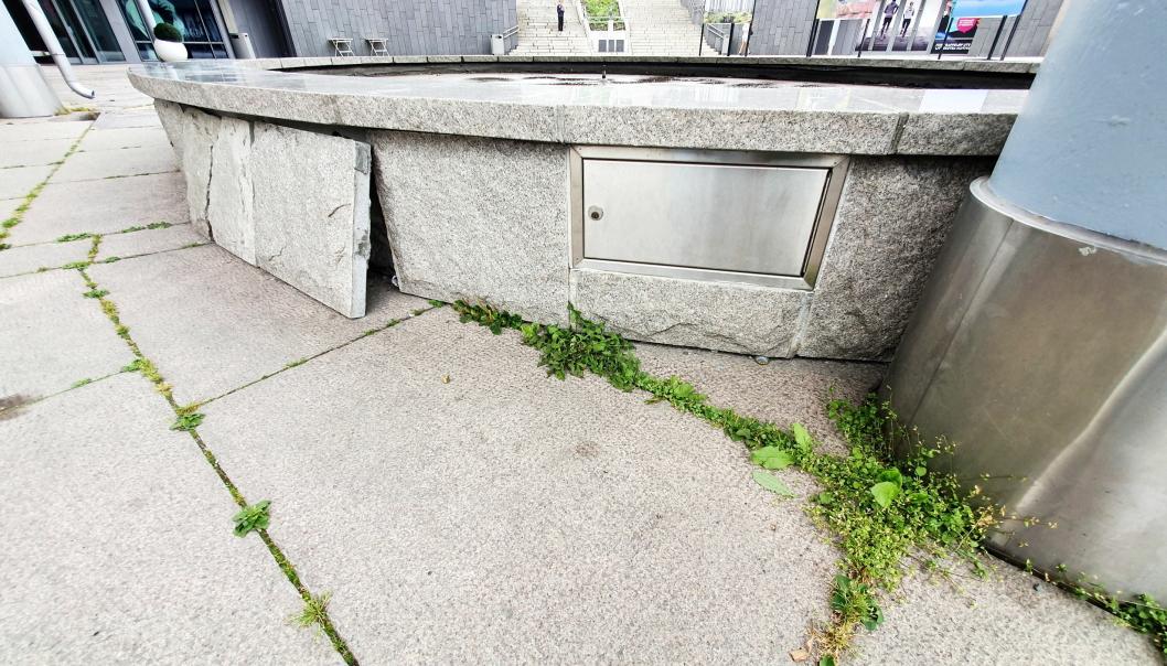 IKKE STORE FORANDRINGER SIDEN SIST: Slik så området ved fontenen på Jan Baalsruds plass for en uke siden. Siden den gang har det ikke skjedd store forandringer. Fontenen er ikke i bruk ennå, skiferplatene står løse ved den, ugresset er kun lukket i det aktuelle hjørnet ved fontenen og fasaden til Kolbotn torg som vender seg mot fontenen, har fått litt vask. Foto: Yana Stubberudlien