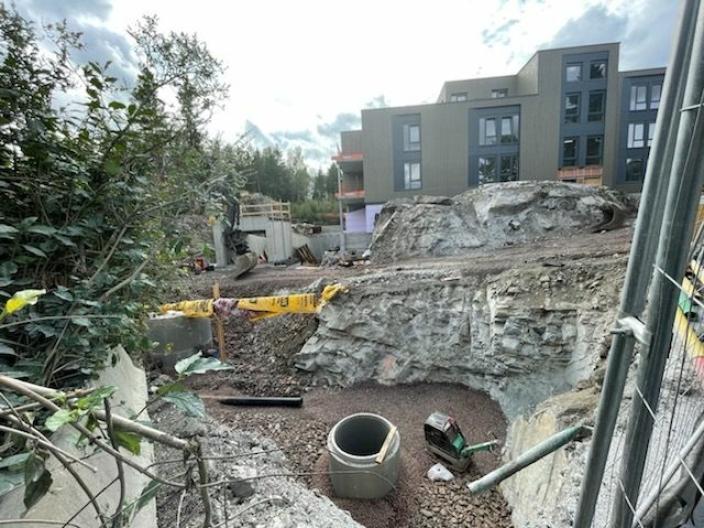 LIKE VED HUSET: Det bygges nå et nytt felt med 100 leiligheter like ved Båtsleppa 1.
