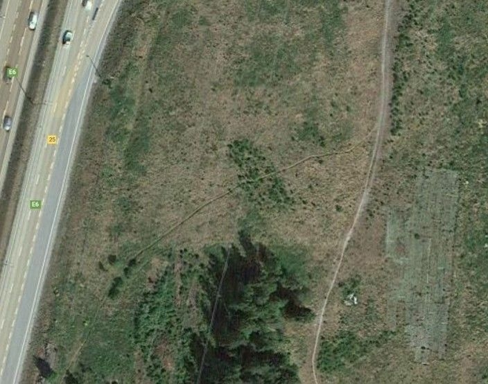 BLE ULOVLIG ETABLERT AV MODELLFLYKLUBBEN: Slik så kunstgressbanen ut på tomten til ÅNE på Taraldrud (se i hjørnet, nederst til høyre på bildet) for noen få år siden da det var i bruk av Oppegård modellflyklubb. Høsten 2019 måtte kunstgresset settes inn i to containere og var oppbevart på stedet frem til slutten av august 2021. Kilde: Google Maps