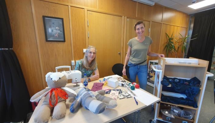 INTRODUSERTE FOR TILBUDET: Inger Marie Kalleklev fra den lokale frivilligsentralen og Unni Øien-Andersen fra biblioteket i Kolben gleder seg til å møte barn og unge tirsdag neste uke.