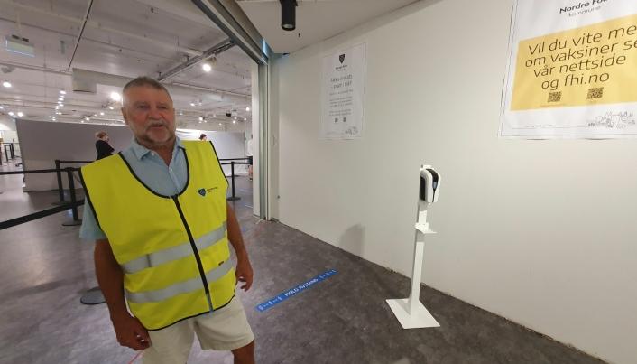 FRIVILLIG VEIVISER: Tore B. Kristiansen bidrar som frivillig veiviser på kommunens vaksinesenteret tre dager i uken. Foto: Yana Stubberudlien