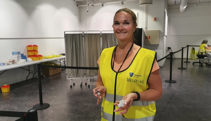 HAR ANSVAR FREM TIL JUL: Kristine Lunde Haugen (47), som har jobbet som vaksinekoordinator på vaksinesenteret siden februar, jobbet egentlig som sykepleier i hverdagsrehabiliteringen, men fikk nye oppgaver frem til jul som følge av det store behovet for fagfolk på vaksinesenteret. Foto: Yana Stubberudlien