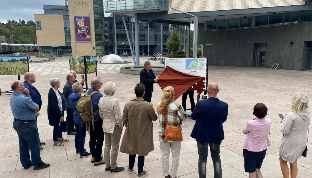 AVDUKNING: Her avdukes en av de tre tavlene av Lars Erik Kristiansen, styremedlem i Jan Baalsruds minnefond.