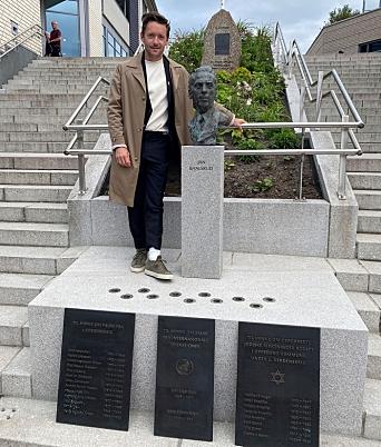 STJERNEBESØK: Thomas Gullestad, kjent fra filmen «Den tolvte mann» var på plass under markeringen.