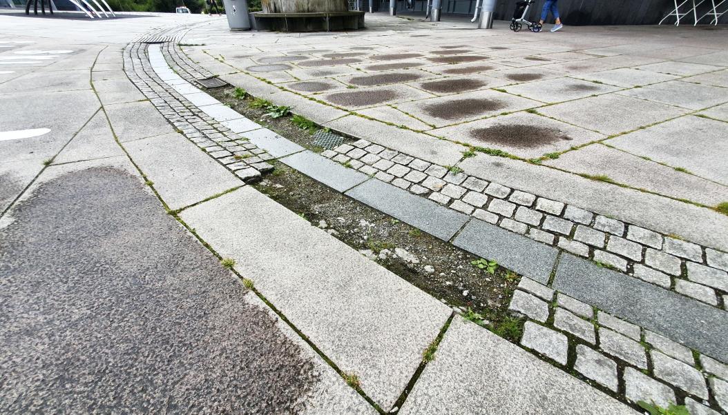"""SKAL OGSÅ REPARERES: Den lille bekken eller """"elven"""", som renner fra fontenen, mangler fortsatt flere brostein. Dette har blitt påpekt til kommunen i flere år."""