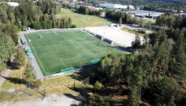 SKAL SKIFTES UT I 2022-2023: Denne kunstgressbanen ble etablert på Sofiemyr i 2012 etter at det gamle kunstgresset fra 2000 ble fjernet. Når kunstgressdekket er ti år gammelt i 2022, blir det neste mulighet til å søke spillemidler for å skifte dekket i 2022-2023. Dronebilde: Thomas N. Witsø-Bjølmer