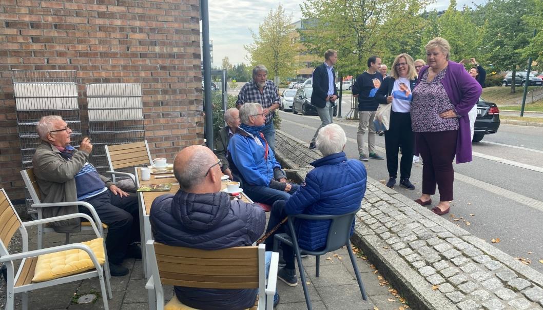 TOK SEG TID: Gutta på bakerhjørnet fikk seg noen små minutter med statsminister Erna Solberg.