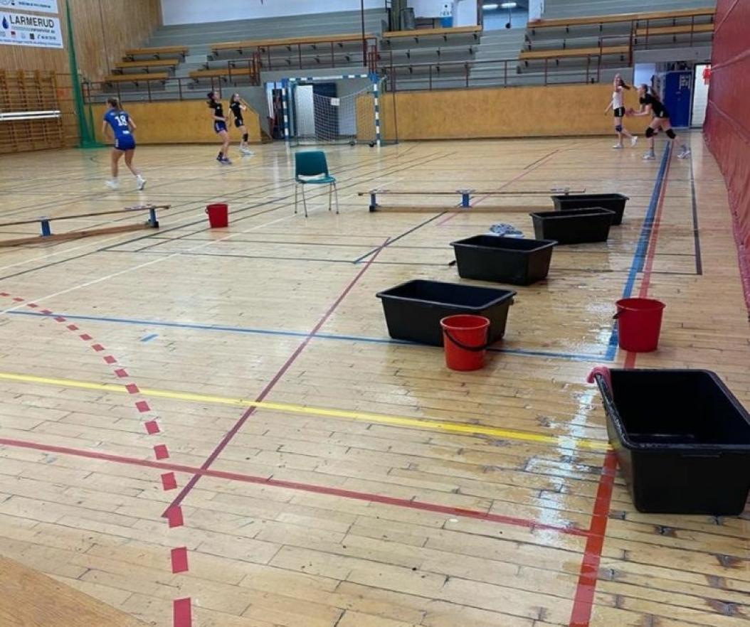 PREGET AV LEKKASJER: Sofiemyrhallen har vært preget av lekkasjer i mange år. Foto: Eirik Johansen