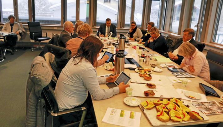 SERVERING AV RUNDSTYKKER: Bildet er fra møtet i Fellesnemnda i gamle Oppegård rådhus i februar 2019. Foto: Yana Stubberudlien