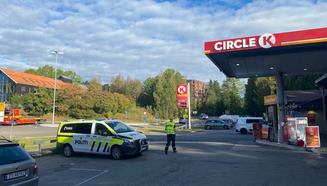 KOLLISJON: Politiet var raskt på plass etter sammenstøtet mellom to biler i rundkjøringen etter Rikås-tunellen.