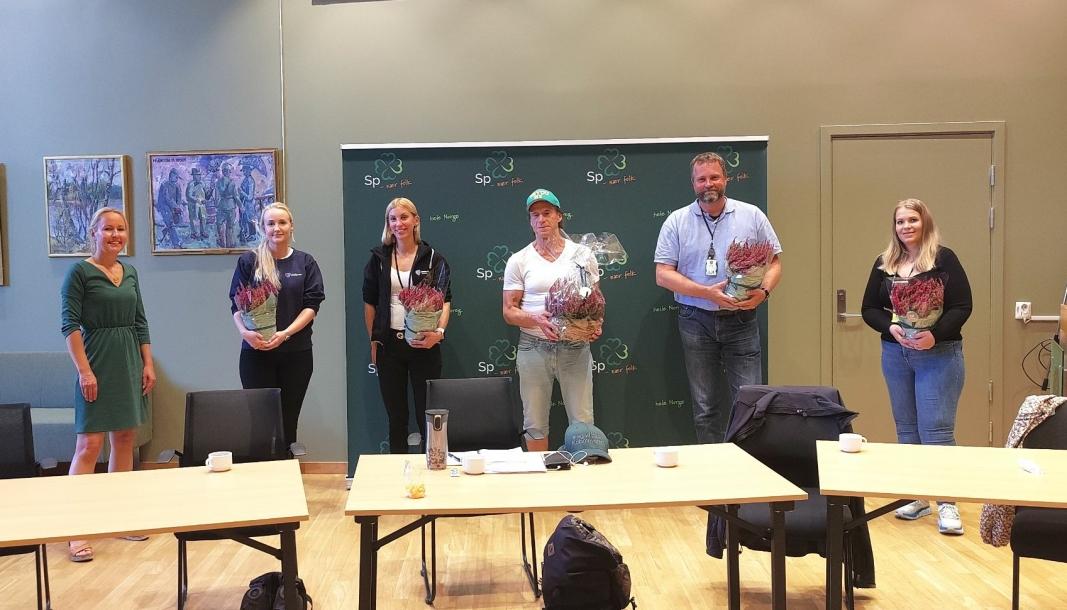 SAMLING I KOLBEN: Fra venstre Kari Mette Prestrud (Sp), Tonje Ørnevik og Tone Lauvstad (Nordre Follo kommune), Jan Bøhler (Sp), Marius Gunnerud (Øst politidistrikt) og Cecilie Brochmann (Natteravnene).