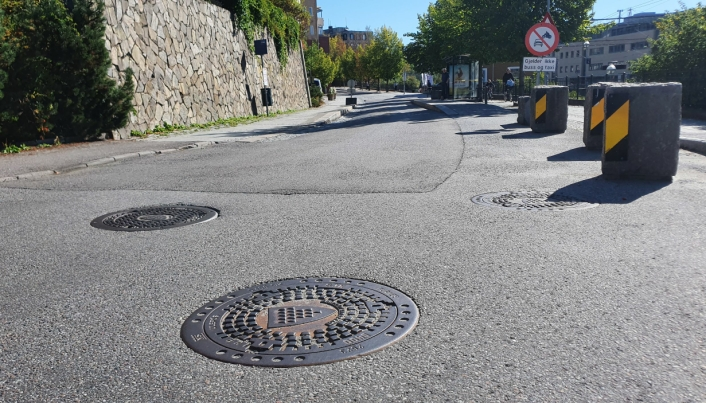 MANGE GAMLE KUMLOKK: I Kolbotnveien er de fleste kumlokkene gamle, med kommunevåpenet til gamle Oppegård.