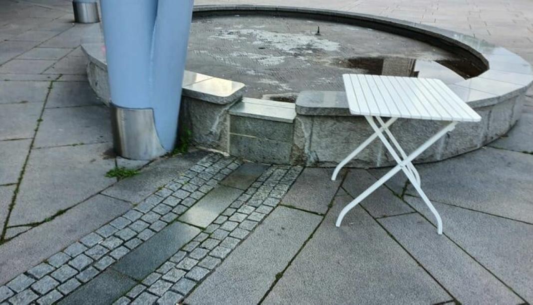 SLIK SER DEN UT NÅ: Fontenen på Jan Baalsruds plass fungerer ikke. Ifølge Citycon, som har ansvar for den, skyldes dette i at pumpen i fontenen er ødelagt. Foto: Yana Stubberudlien