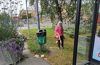 Reagerer på overfylte søppeldunker i sentrum