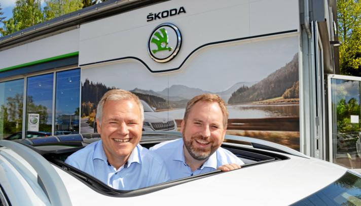 GLADERE DAGER: Daglig leder Morten Andresen og Skoda-selger Ole Henrik Storeheier, under lanseringen av nye Skoda Enyaq.