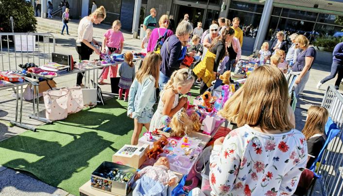 FULL FART PÅ TORGET: Barna kloppemarkedet er en populær aktivitet under Eventyrfestivalen.
