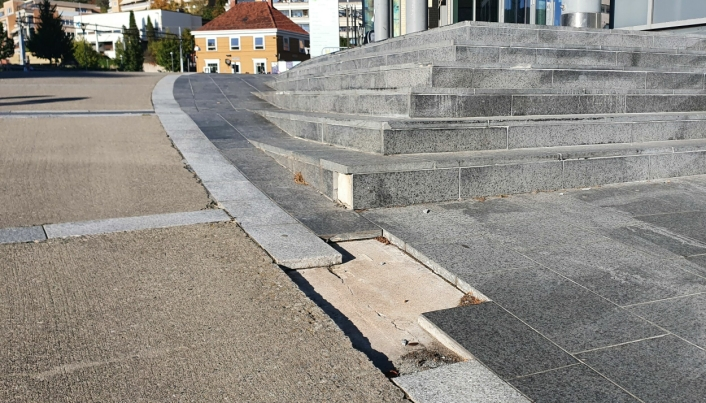 ÅPENBARE FEIL OG MANGLER: Disse flisene ved trappepartiet til Kolben har vært borte i lang tid.