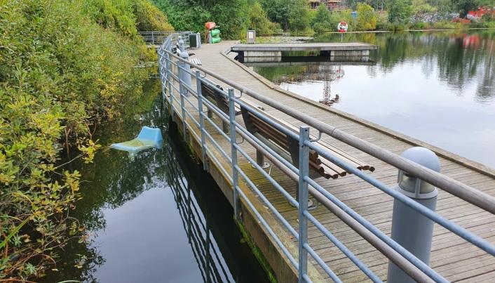 BLE KASTET I VANNET: Fredag kunne vi se en plaststol fra tufteparken i vannet ved bryggen.