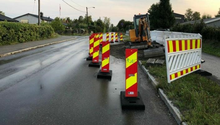 ARBEID: Slik så det ut da kommunen anla fartsdempende tiltak lenger syd i Valhallaveien.