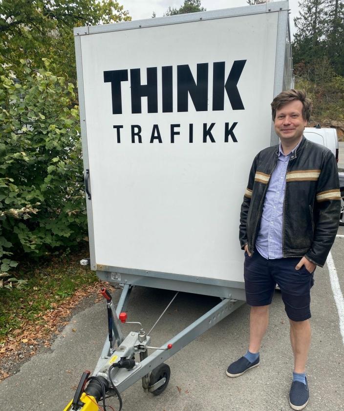 GIR GODE RÅD: Andreas H. Johansen hos Think Trafikk sier mange bilister kommer for å plusse på førerkortet, etter å ha blitt stoppet i kontroll. Det kan koste dyrt.
