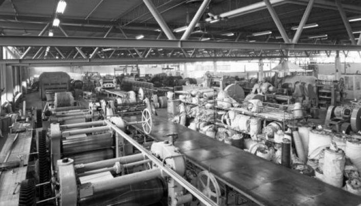 DETTE VAR I HOVEDBYGGET: Interiørfotografier av produksjonshaller på Den Norske Remfabrikk.
