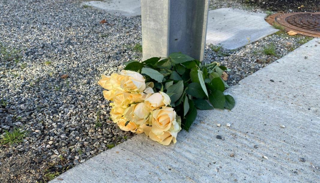 STOR TRAGEDIE: Lokalsamfunnet er rystet etter den store tragedien. Onsdag ble det lagt blomster utenfor huset til de to avdøde.