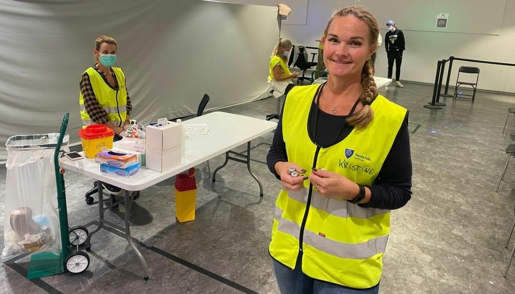 BER FOLK VÆRE FLINKE: Kristine Lunde Haugen, vaksinekoordinator på vaksinesenteret, sier mange blir sure når de ikke får vaksine grunnet manglende samtykkeskjema. Bak til venstre sitter Hanne Engebretsen Hammer klar med vaksinedosene.