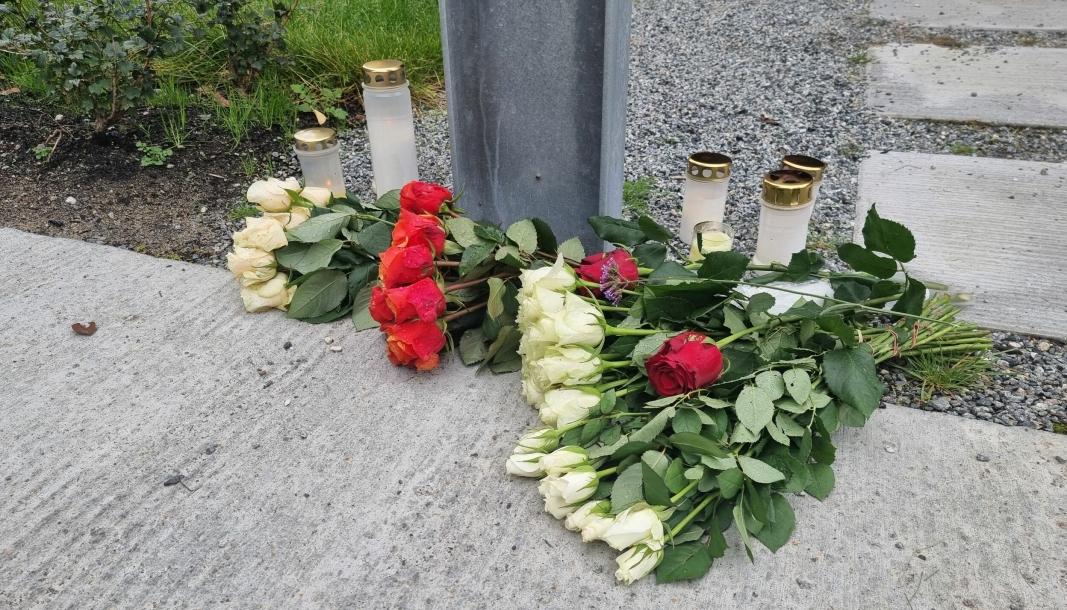 BLOMSTER OG LYS: I løpet av de siste dagene er det lagt ned blomster og tent lys utenfor de avdødes bolig.