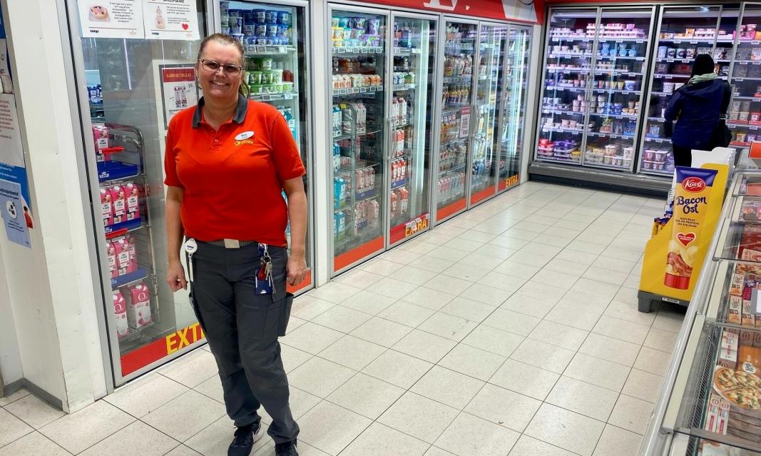 KJØLER PÅ: Butikksjef Mona Michelsen hos Coop Extra på Hellerasten foran kjøleavdelingen som snart blir større.