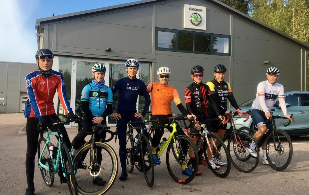 SPENTE: En forventningsfull gjeng klare til å bli med sykkelhelten Carl Fredrik Hagen (nummer tre fra venstre) på treningstur.