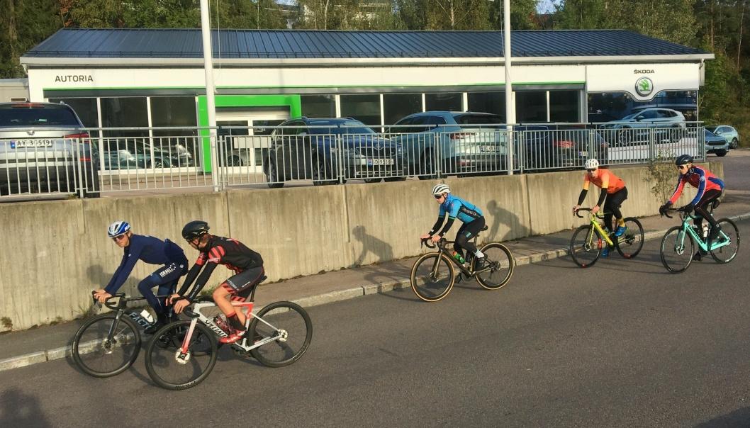 PÅ HJUL: Carl Fredrik & co ruller forbi lokalene til sponsoren Autoria Kolbotn som fasiliterte treningsturen.