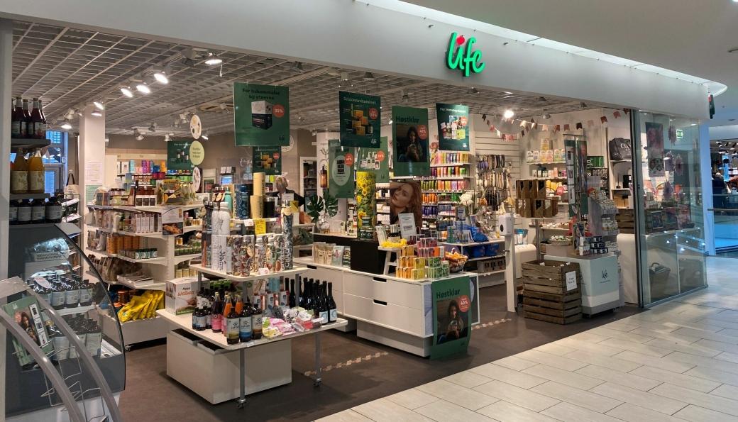 LIFE IS LIFE: Her ligger helsekostbutikken Life i dag, men i oktober flytter de rundt 50 meter.