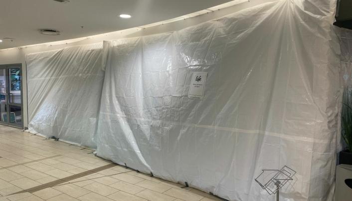 SKAL HIT: Foreløpig er den nye helsekostbutikken tildekket med hvit presenning.