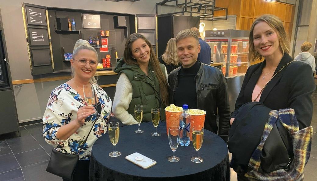 GLEDET SEG: Artisten Christian Ingebrigtsen, for anledningen «caught in the middle» mellom tre flotte damer, gledet seg til å se Rami Malek som Bond-skurk.