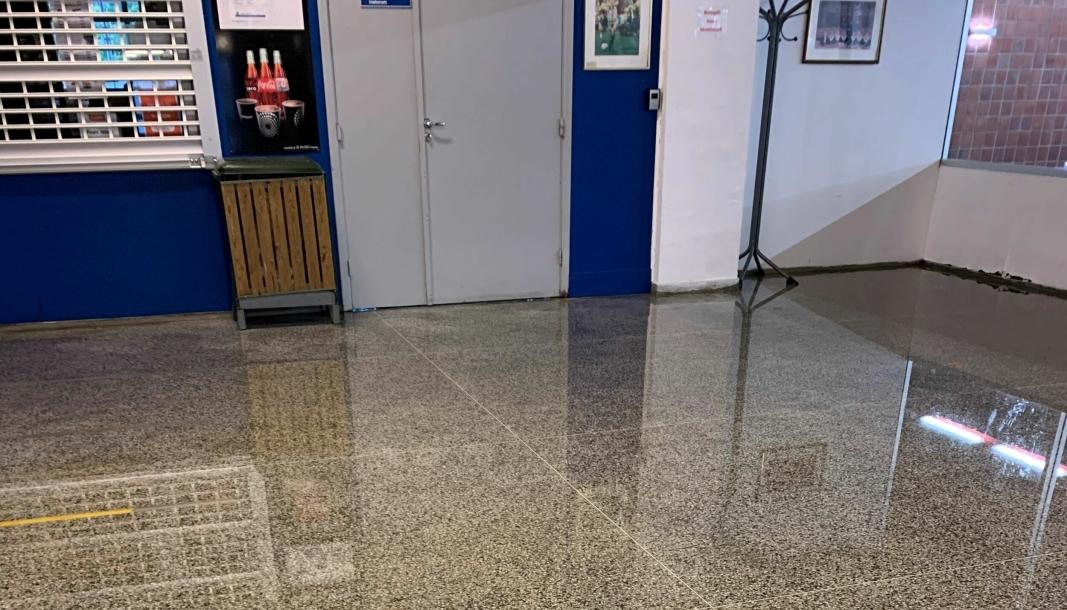 SLIK SÅ DET UT: Bildet ble tatt ved kiosken til Sofiemyrhallen lørdag 2. oktober. På bildet ser du døren til møterommet hvor det også var store mengder vann.