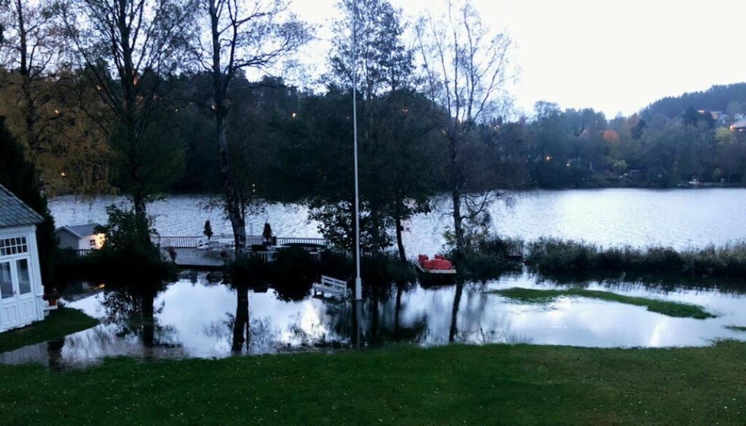STÅR I VANN: Slik så hagen i Theodor Hansens vei 13 på Tangen mandag morgen.